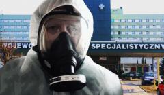 Prof Nauman w maseczce przed szpitalem w Radomiu. Adam Kobayashi razem z nim ratował oddział