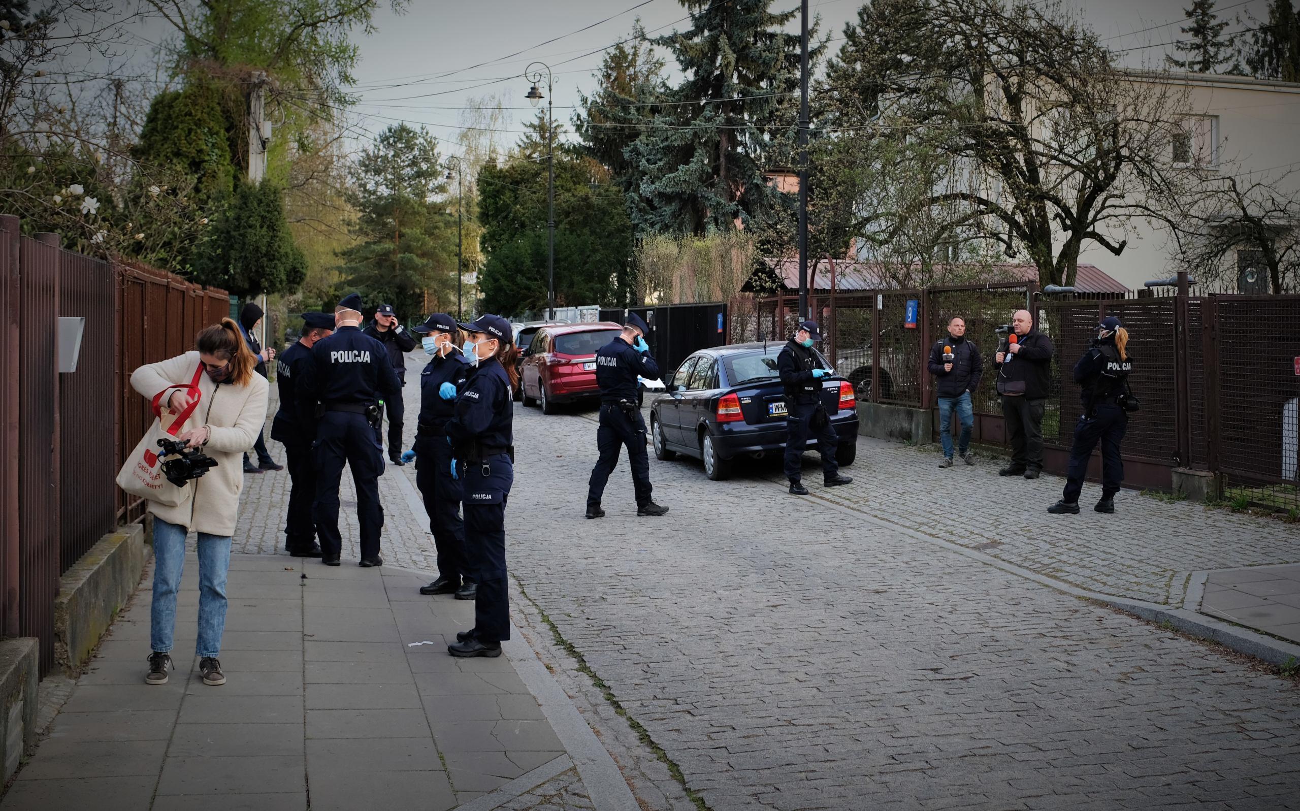Policja chce ukarać grzywną operatorkę OKO.press za to, że 10 kwietnia była z kamerą przed domem Jarosława Kaczyńskiego. To szykana prawna - uważa prawnik Fundacji Helsińskiej.