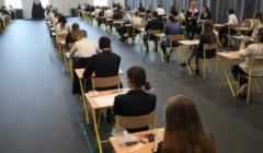 Matura - licealiści piszą egzamin na sali
