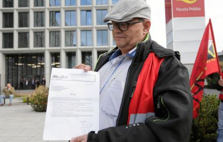 Na zdjęciu: Piotr Moniuszko na pikiecie pod siedzibą Poczty Polskiej