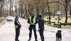 Policja wlepia mandat spacerowiczowi