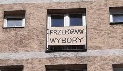 Przełóżmy wybory, napis w oknie artysty Pawła Żukowskiego, sygnał ostrzegawczy do władz: sobota, 11 kwietnia 2020, godz. 13:00, Akcja Demokracja