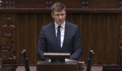 Wiceminister Marcin Warchoł przemawia w sejmie. Tematem edukacja seksualna
