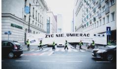 Artyści niosą transparent-list do Sejmu