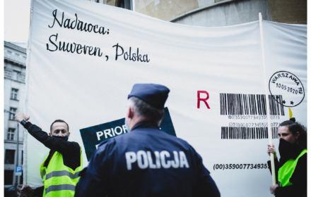 """Akcja artystów przeciw """"nielegalnym wyborom"""", policja nakłada mandaty. """"Bo się grupujecie"""""""