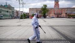 Dezynfekcja miejskich lawek z powodu epidemii koronawirusa w Czestochowie