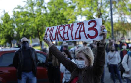 W obronie Trójki. Tłum pod siedzibą Polskiego Radia, przyszli politycy Lewicy