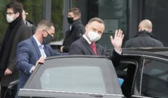 Andrzej Duda macha wsiadając do limuzyny