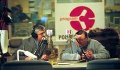 Studio Polskiego Radia - Trójka. Przy mikrofonie Marek Niedźwiecki i Wojciech Mann