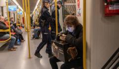Człowiek w maseczce w metrze