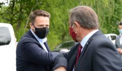 Rafał Trzaskowski wita się ze swoim zwolennikiem - w sieci wygrywa na Twitterze z konkurentami. Raport z sieci