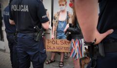 Tęczowe disco - Policja spisuje uczestników pod Pałacem