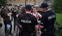 Policja spisuje uczestników tęczowego disco pod Pałacem