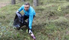 Andrzej Duda sprząta las