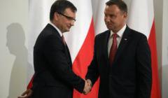 Zbigniew Ziobro i Andrzej Duda na tle biało-czerwonych flag