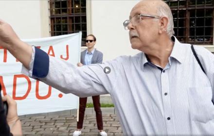 Atak na dziennikarkę OKO.press przed koncertem Jana Pietrzaka. Składamy zawiadomienie o przestępstwie