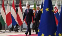 Mateusz Morawiecki i Konrad Szymański na szczycie UE w Brukseli
