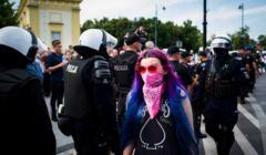 Aktywistka zatrzymana za tęczową flagę na pomikach