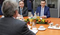 Minister Konrad Szymański i premier Mateusz Morawiecki na spotkaniu z przewodniczącym PE Davidem Sassolim
