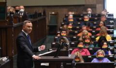 Uroczystość zaprzysiężenia Prezydenta RP Andrzeja Dudy przed Zgromadzeniem Narodowym, w tle posłanki Lewicy w tęczowych maseczkach