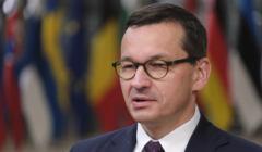 Mateusz Morawiecki na tle flag państw członkowskich UE