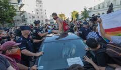 Uczestnik protestu w obronie Margot na dachu policyjnego radiowozu