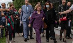 Swietłana Aleksijewicz w drodze na przesłuchanie