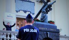 policja pilnuje figury chrystusa