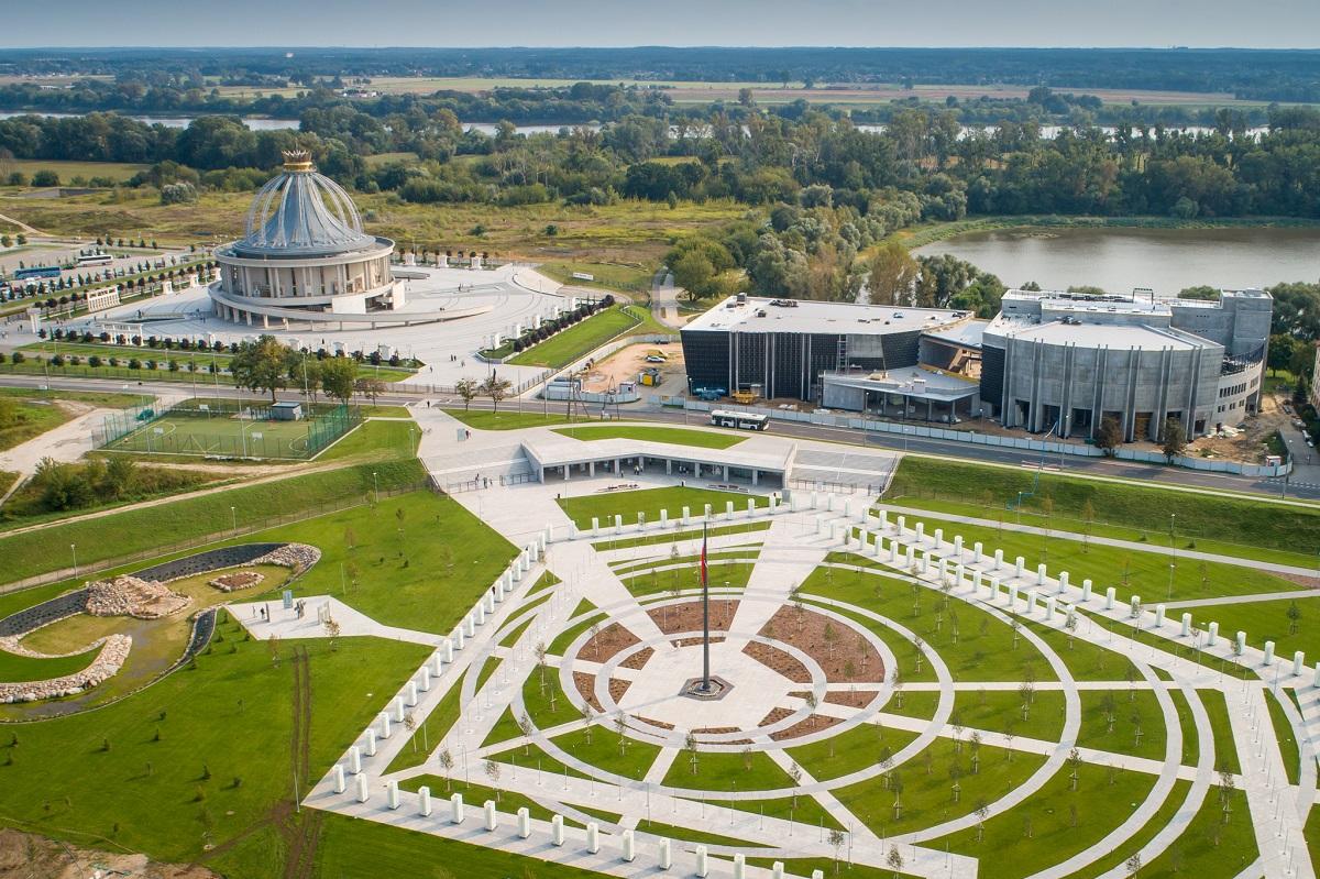 Park Pamięci Narodowej wybudowany przez fundację Lux Veritatis. Z tyłu po lewej Sanktuarium NMP Gwiazdy Nowej Ewangelizacji, po prawej - budowane Muzeum Pamięć i Tożsamość