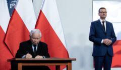 Kaczyński podpisuje dokument na mocy którego ma zostać wicepremierem z własną, alternatywną radą ministrów