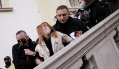 Robert Bąkiewicz szarpie kobietę protestującą pod Kościołem Św. Krzyża