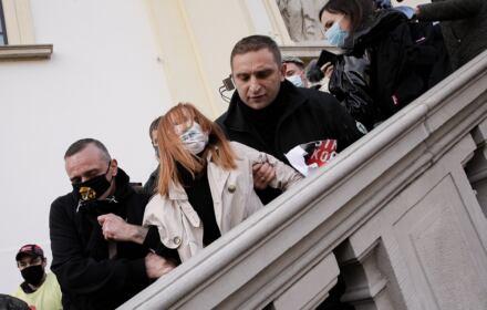 Robert Bąkiewicz na schodach kościoła w Warszawie