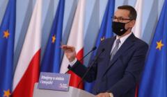 Mateusz Morawiecki przedstawia nowe rozporządzenie rządu - mówi ono m.in., że maseczki w miejscu pracy są obowiązkowe
