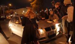 Samochód wjeżdża w protest