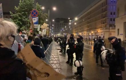Dziesiątki policjantów i helikopter bronią budynku TVP przed Strajkiem Kobiet