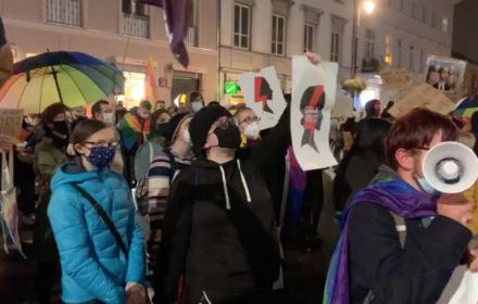 """""""Kobiety i LGBT-y razem za równością"""". Protest na Krakowskim Przedmieściu"""