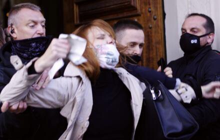 25.10.2020 - kobieta wyrzucona z kościoła przez narodowców