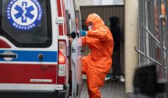 ratownik medyczny wchodzi do karetki