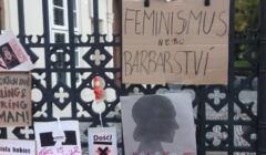 Znicze i plakaty pod ambasadą RP w Pradze