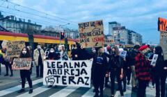 Protest przeciwko zakazowi aborcji - transparenty na rondzie de Gaulle'a
