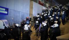 Pałowanie dziennikarzy na stacji kolejowej Warszawa Stadion