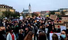 Tłumy ludzi na proteście w obronie praw kobiet w Ostrowcu Świętokrzyskim