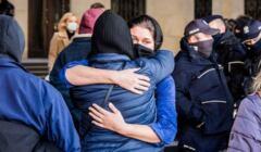 Radość zatrzymanej po wyjściu z aresztu