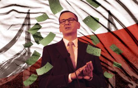Na zdjęciu Mateusz Morawiecki na tle narodowej flagi. Po tekstach OKO.press rząd wycofał się z finansowania masztów z narodowymi flagami z Funduszu Przeciwdziałania COVID-19.