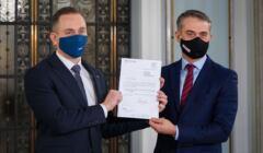 Cezary Tomczyk (Koalicja Obywatelska) i Krzysztof Gawkowski (Lewica) prezentują wspólny wniosek o wotum nieufności wobec Jarosława Kaczyńskiego, Sejm, 20 listopada 2020
