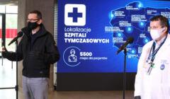 Konferencja premiera na Stadonie Narodowym w szpitalu polowym dla chorych na covid-19