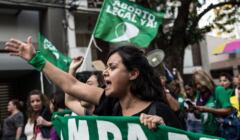 Na zdjęciu Argentynki z zielonymi chustami protestują na rzecz legalnej i darmowej aborcji