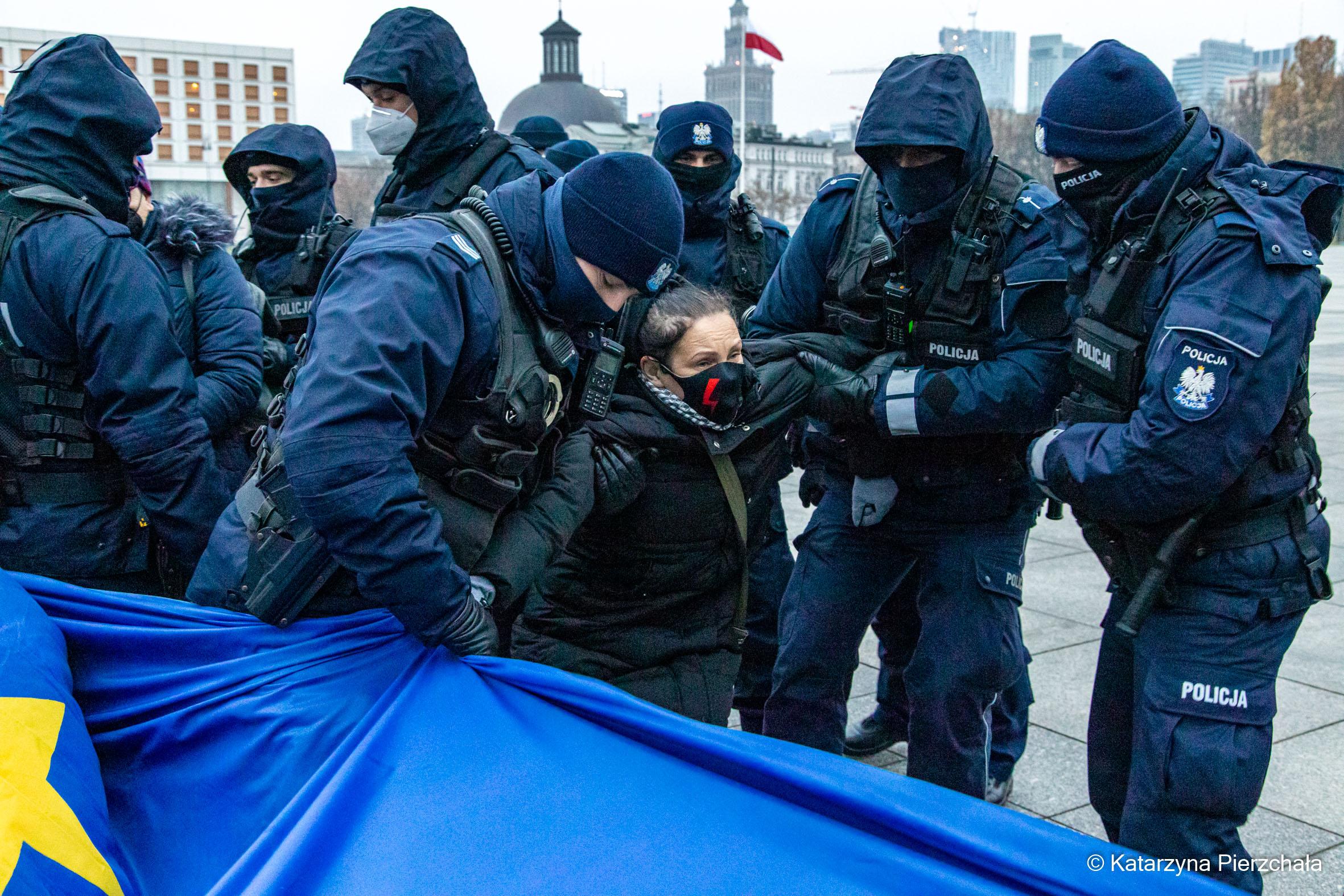 128. miesięcznica policja wynosi uczestniczkę