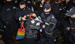 Policjanci ciągną demonstrantkę, znaną jako Babcia Kasia