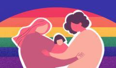Na zdjęciu dwie kobiety z dzieckiem na tle tęczowej flagi